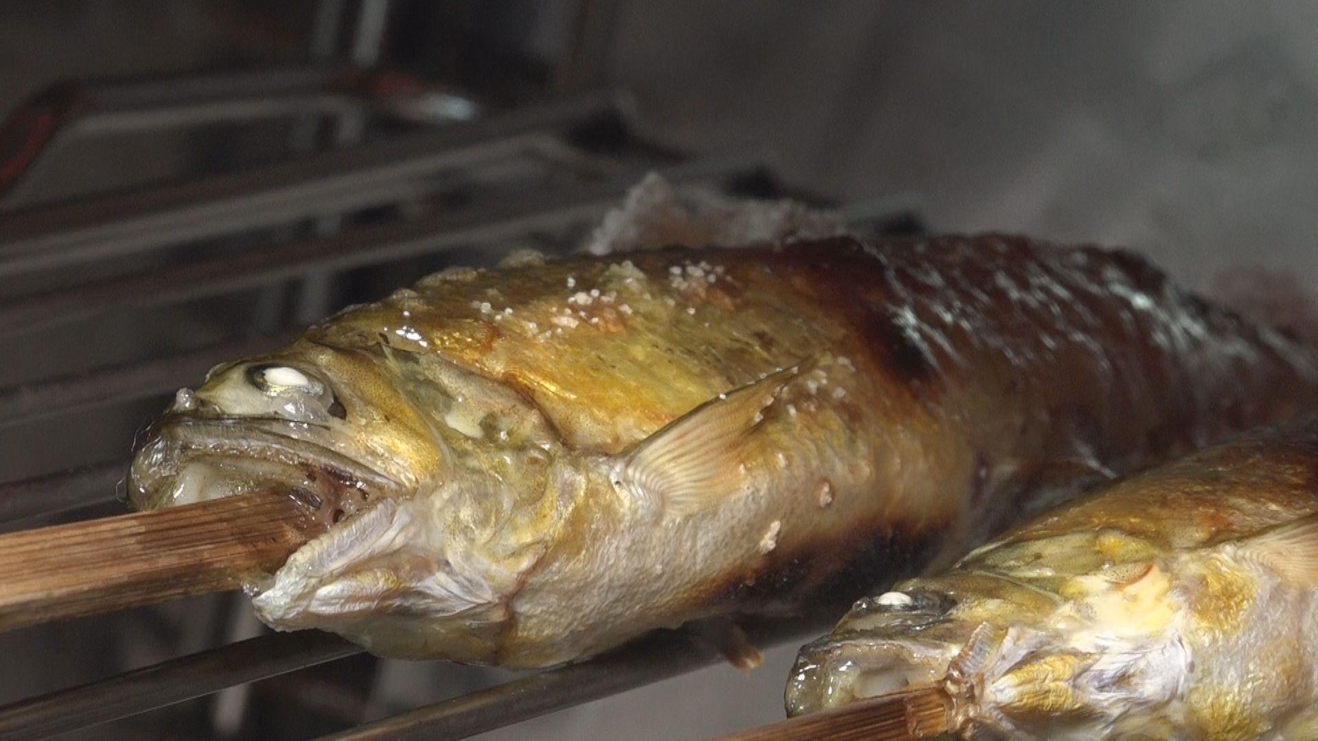 自分で焼きあげる鮎の味付けはは塩・味噌・酢醤油の中から選ぶことができる。